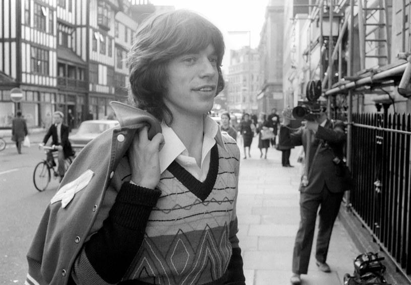 """Utwór """"Scarlet"""" jest wyjątkowy, bo gościnnie na gitarze zagrał w nim Jimmy Page, lider Led Zeppelin, co zupełnie odmieniło brzmienie zespołu."""