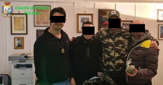 Tortury, wymuszenia, handel narkotykami, oszustwa - takie zarzuty postawiono w środę siedmiu karabinierom z posterunku w mieście Piacenza na północy Włoch. Wszyscy zostali aresztowani, a posterunek - po raz pierwszy w historii kraju - skonfiskowano.