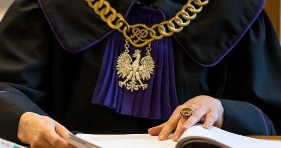 """Postępowania dyscyplinarne przeciwko 14 sędziom wszczął zastępca rzecznika dyscypliny sędziowskiej Przemysław Radzik. Jak podał, sędziowie """"zataili"""" swoje członkostwo w Forum Współpracy Sędziów, co - według rzecznika - stanowi m.in. """"oczywistą i rażącą obrazę przepisów prawa"""". Forum jest - jak samo informuje na swoich stronach - """"niesformalizowaną platformą współpracy"""" sędziów i """"głosem środowiska"""". Jednym z jego celów jest monitorowanie zagrożeń dla niezawisłości sędziów i niezależności sądów."""