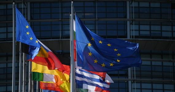 """Odniesienie do praworządności w tekście porozumienia, wypracowanego na unijnym szczycie budżetowym w Brukseli, """"jest jasne i czytelne"""" - podkreślił unijny komisarz sprawiedliwości Didier Reynders. Zaostrzenia zapisów brukselskiego szczytu ws. uzależnienia wypłat unijnych pieniędzy od przestrzegania zasad praworządności chce Parlament Europejski: rezolucję w tej sprawie eurodeputowani mają przyjąć w czwartek na nadzwyczajnym posiedzeniu."""