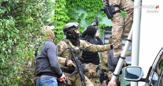 17 osób zatrzymanych, 11 z nich tymczasowo aresztowanych. To efekt działań śledczych ze Śląska, którzy rozbili działająca na ternie Małopolski grupę przestępczą. Zatrzymani w tej sprawie podejrzani są m.in. o oszustwa i pranie brudnych pieniędzy.