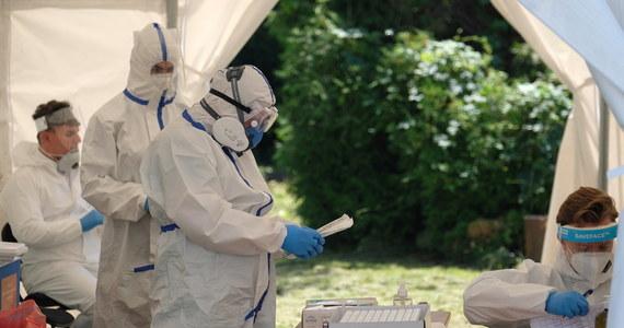 Największy dobowy wzrost zachorowań od miesiąca. W czwartek resort zdrowia poinformował o 418 nowych zakażeniach koronawirusem, potwierdzono również śmierć kolejnych 9 osób. Wśród zmarłych jest 37-latek. Aktualny bilans pandemii w Polsce to 41 580 zakażeń i 1 651 ofiar śmiertelnych.