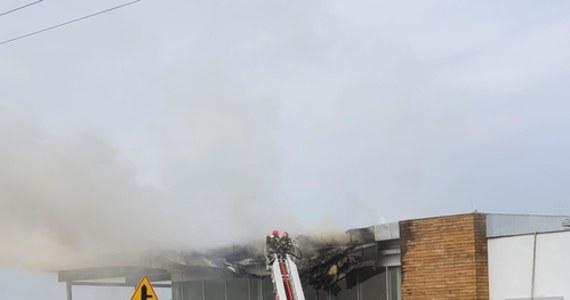 Kilkudziesięciu strażaków walczyło przez kilka godzin z pożarem, który wybuchł przed południem na dachu salonu samochodowego w Mysłowicach (Śląskie). Z płonącego budynku ewakuowało się 15 pracowników salonu.
