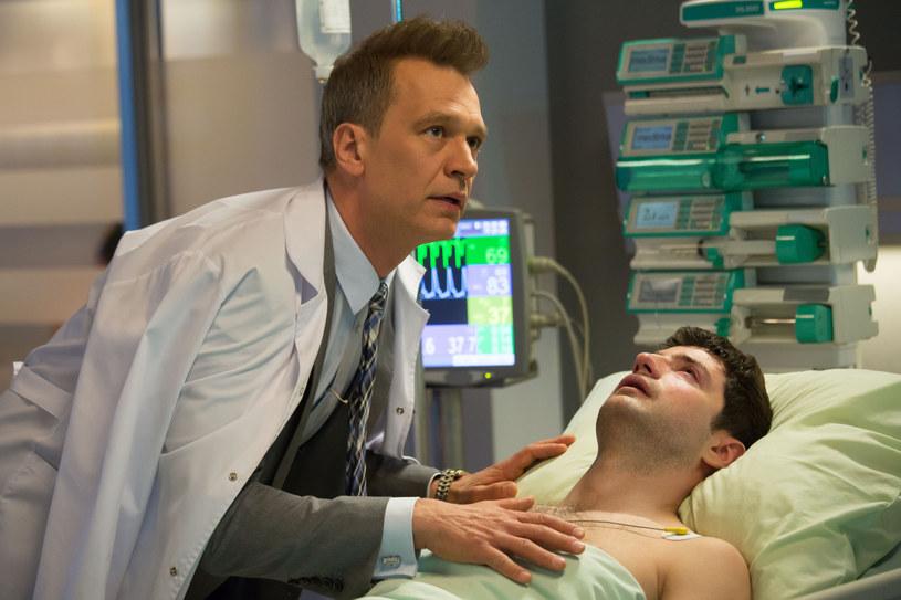 """Niedawno informowaliśmy, że producenci """"Chirurgów"""" zamierzają w nowym sezonie serialu poświęcić sporo miejsca walce z pandemią koronawirusa. Jak się okazuje, na podobny pomysł wpadli też twórcy najpopularniejszego polskiego serialu medycznego. Producenci """"Na dobre i na złe"""" potwierdzili PAP Life, że w nowej serii tej produkcji do szpitala w Leśnej Górze trafią pacjenci zarażeni COVID-19."""