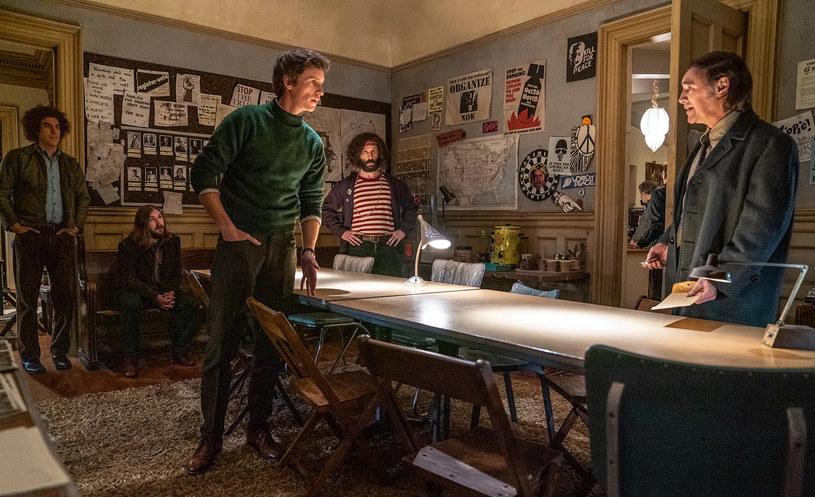 """Na początku lipca tego roku Netflix kupił prawa do dystrybucji filmu Aarona Sorkina zatytułowanego """"The Trial of the Chicago 7"""". Transakcja opiewała na 56 milionów dolarów. Widzowie będą mogli oglądać tę produkcję od 16 października. Z filmem wiązane są plany walki o przyszłoroczne Oscary."""