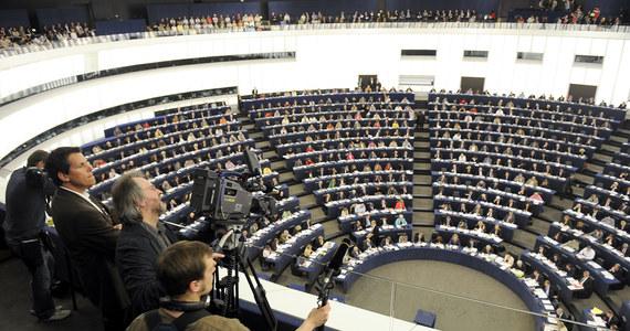 Parlament Europejski przyjął rezolucję, która wzywa do zwiększenia budżetu UE na lata 2021-2027 przyjętego przez unijnych przywódców na ostatnim szczycie. W dokumencie mowa jest też o zaostrzeniu przepisów w sprawie praworządności.