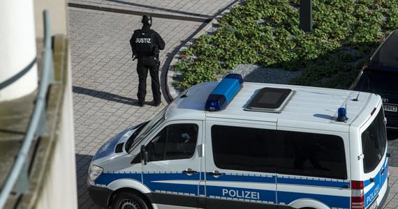 Sąd we Fryburgu w niemieckiej Badeni-Wirtembergii ogłosił wyrok w sprawie zbiorowego gwałtu na 18-letniej kobiecie. Siedmiu sprawców otrzymało kary od 11 miesięcy do 5 i pół roku więzienia.