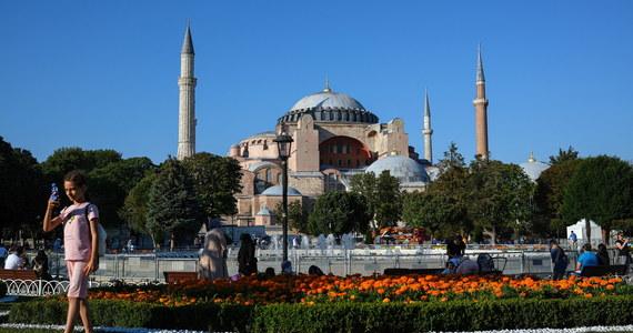 Po raz pierwszy od 90 lat w Hagii Sophii w Stambule odbędą się w piątek muzułmańskie modlitwy. Budynek będący bazyliką, meczetem, a potem muzeum został przekształcony ponownie w meczet na mocy kontrowersyjnej decyzji prezydenta Turcji Tayyipa Recepa Erdogana.