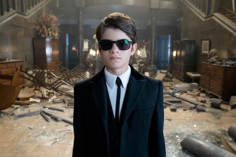 """Dwunastoletni geniusz pochodzący z rodziny o długich przestępczych tradycjach, Artemis Fowl, zostaje wciągnięty w sam środek groźnej wojny z potężnymi wróżkami, które mogą stać za zniknięciem jego ojca. Premiera nowego filmu Disneya """"Artemis Fowl"""" odbędzie się w HBO i HBO GO 2 sierpnia."""