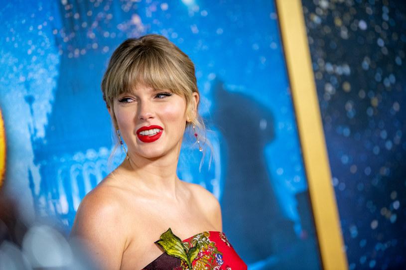 """Do sieci właśnie trafił niespodziewany ósmy studyjny album Taylor Swift - """"folklore"""". W dniu premiery ukazał się także teledysk do pierwszego singla """"cardigan""""."""