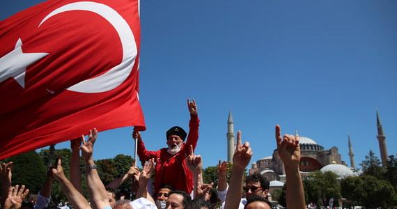 Tłumy zebrały się w Stambule, w historycznym dla Turków dniu, kiedy po raz pierwszy od 90 lat w Hagii Sophii rozbrzmiał głos imama wzywającego wiernych na piątkowe modły. Tym samym licząca 1500 lat budowla, która od 1934 roku była muzeum, ponowie w swojej historii stała się meczetem.