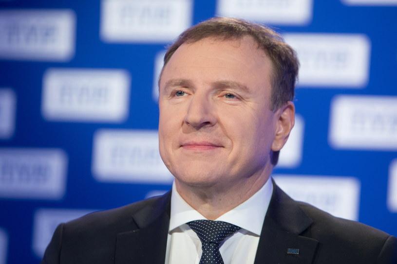 Poseł Nowoczesnej Adam Szłapka ujawnił na Twitterze zarobki Jacka Kurskiego. W ciągu pięciu lat na stanowisku prezesa Telewizji Polskiej Kurski zarobił ponad 2,7 mln złotych.