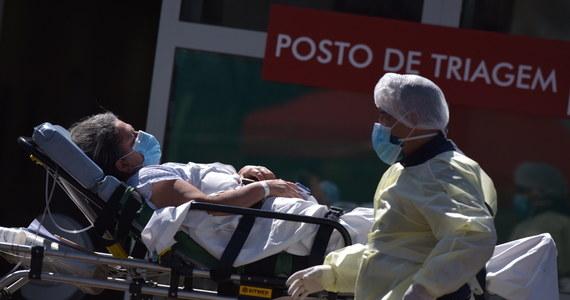 Władze medyczne Hongkongu ostrzegły w piątek, że sytuacja epidemiczna w regionie wymyka się spod kontroli. Tego dnia odnotowano tam 123 nowe infekcje koronawirusem, co jest trzecim z rzędu rekordowym wzrostem dobowym. Zmarła również 16. zakażona osoba.