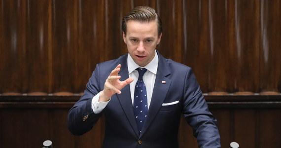 """Głos połowy moich wyborców nie był głosem na Rafała Trzaskowskiego, ale głosem przeciw PiS i prezydentowi Andrzejowi Dudzie, rozumiem ich - mówi w wywiadzie w """"Pus Minus"""" kandydat Konfederacji na prezydenta w tegorocznych wyborach Krzysztof Bosak. Jak dodał, sam zagłosował na """"mniejsze zło""""."""