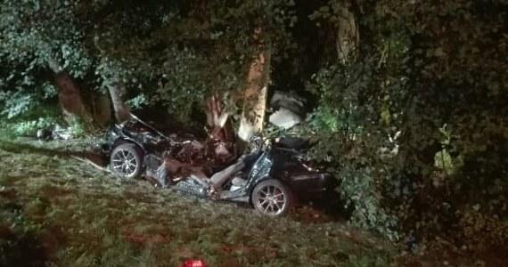 Dwóch młodych mężczyzn zginęło w wypadku samochodowym, do którego doszło w nocy w Jabłonicy Polskiej na Podkarpaciu. Dwie kobiety, które podróżowały tym samochodem, trafiły do szpitala.