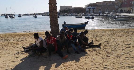Siedem łodzi, na pokładzie których znajdowało się ponad dwustu migrantów z Tunezji przypłynęło w nocy z piątku na sobotę na Lampedusę. W ośrodku na tej włoskiej wyspie przebywa obecnie ponad tysiąc migrantów, a burmistrz alarmuje, że sytuacja jest kryzysowa.