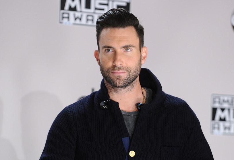 """Do sieci trafił nowy klip zespołu Maroon 5 pt. """"Nobody's Love"""". Na jego potrzeby Adam Levine zgolił się na łyso."""