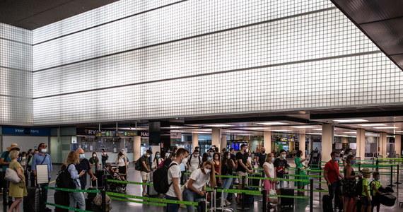 Od dziś wszyscy podróżni przyjeżdżający do Wielkiej Brytanii z Hiszpanii są zobowiązani do odbycia 14-dniowej kwarantanny - poinformowało brytyjskie ministerstwo transportu. To efekt rosnącej liczby zakażeń koronawirusem w Hiszpanii.