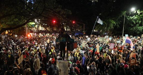 Sobota była kolejnym dniem antyrasistowskich protestów w wielu miastach Ameryki. W Austin w Teksasie doszło do strzelaniny, w wyniku której zginął uczestnik marszu. W Seattle na północy kraju demonstranci podpalili baraki na budowie domu poprawczego.