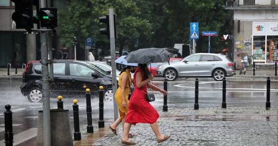 Instytut Meteorologii i Gospodarki Wodnej wydał w niedzielę po południu ostrzeżenia pierwszego stopnia przed burzami dla trzynastu województw. Miejscami może też padać grad.