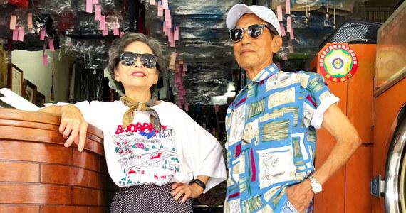 Blisko 360 tysięcy obserwujących w ciągu zaledwie miesiąca - tylu fanów udało się zdobyć na Instagramie pewnemu starszemu małżeństwu z Tajwanu. Para pozuje do zdjęć w nietypowych zestawach ciuchów - wszystkie rzeczy to ubrania, których nie odebrali klienci pralni należącej do małżeństwa.
