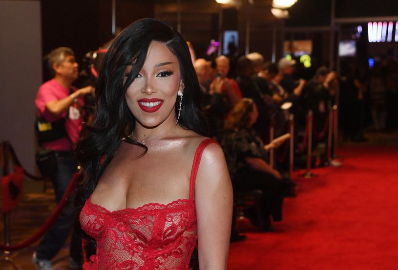 Raperka Doja Cat ujawniona, że zakaziła się koronawirusem. Kilka miesięcy wcześniej nowa gwiazdka hip hopu kpiła z zagrożenia epidemiologicznego.
