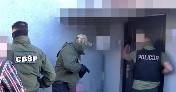 Centralne Biuro Śledcze Policji i Prokuratura Okręgowa w Poznaniu, przy współpracy z Europolem, Eurojustem i śledczymi z Niderlandów rozbili zorganizowaną grupę przestępczą, której członkowie przemycali na teren Europy Zachodniej prekursory niezbędne do produkcji metamfetaminy, amfetaminy i tabletek ecstasy. Zlikwidowano również dwa olbrzymie laboratoria substancji psychotropowych. W Polsce zatrzymano 7 osób, w tym dwoje podejrzanych o zorganizowanie przestępczego procederu, 34-letnią Polkę Magdalenę B. oraz jej partnera, obywatela Niderlandów.