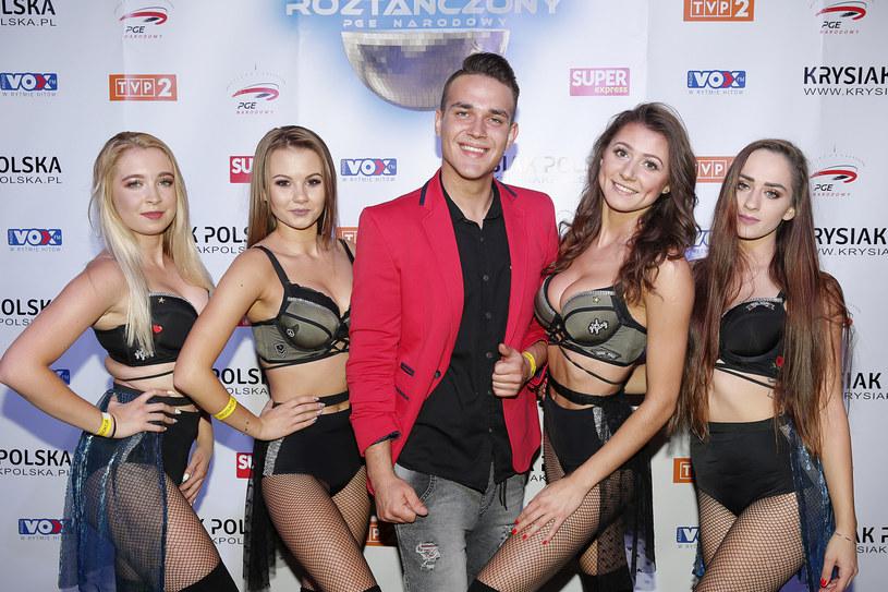 Łukasz Rosiński, 28-letni artysta disco polo znany jako Luka Rosi, ożenił się z 6 lat młodszą modelką Karoliną Olszewską. Kobieta nie raz występowała w jego teledyskach.