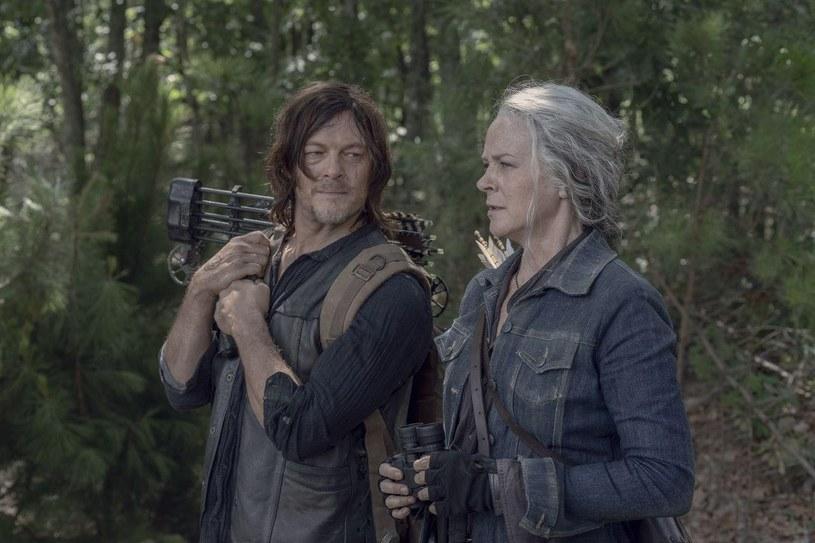 """Zła wiadomość dla fanów serialu """"The Walking Dead"""", który w Polsce jest emitowany przez stację FOX pod tytułem """"Żywe trupy"""". Wbrew wcześniejszym zapowiedziom jesienią tego roku nie zadebiutuje jego jedenasty sezon, w którym miała powrócić Maggie, jedna z ulubionych postaci serialu, grana przez Lauren Cohan. To kolejna zmiana w ramówce tej produkcji spowodowana przez pandemię COVID-19. Wcześniej nie został wyemitowany finałowy odcinek sezonu dziesiątego, bo nie został ukończony."""