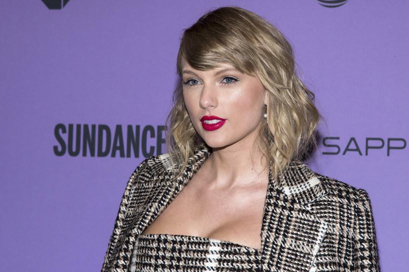 """Taylor Swift ponownie zaprosiła do zabawy swoich fanów i ukryła wiele szczegółów dotyczących jej życia i kariery w nowym teledysku """"Cardigan"""". Co odkryli sympatycy jej talentu?"""
