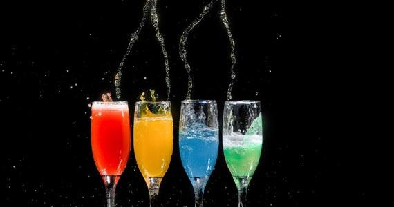 Detoksykacja organizmu po alkoholu to coraz częściej wybierany zabieg. Okazuje się przydatna w wielu różnych sytuacjach: jest najlepszym sposobem na walkę z objawami towarzyszącymi kacowi, ale sprawdza się również jako pierwszy etap walki z uzależnieniem od alkoholu. Olbrzymią zaletą jest również szeroka dostępność: odtrucie alkoholowe w Warszawie jest oferowane przez prywatne firmy i zorganizowanie prostego zabiegu jest naprawdę proste i szybkie. Z drugiej strony: coraz trudniej dobrać także odpowiedzialny podmiot, który we właściwy sposób zatroszczy się o zdrowie pacjenta i zapewni osiągnięcie optymalnych rezultatów. Warto dowiedzieć się, czym się kierować podczas doboru detoksykacji alkoholowej w Warszawie.