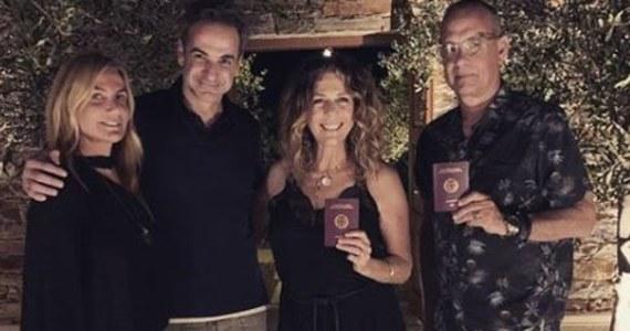 Aktorskie małżeństwo z Hollywood Tom Hanks i jego żona Rita Wilson zostali greckie paszporty. Nadano im obywatelstwo Grecji w podzięce za zwrócenie uwagi światowych mediów na tragiczną sytuację po pożarach w 2018 roku.
