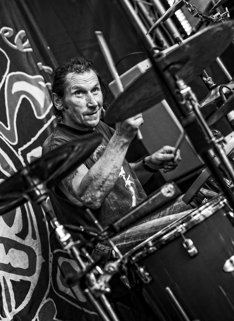 """Po długiej i ciężkiej chorobie zmarł Michał """"Gier"""" Giercuszkiewicz, legendarny perkusista związany głównie ze śląską sceną bluesową i rockową, który od lat żył na tratwie w Bieszczadach."""