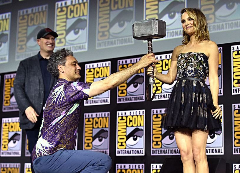 """Po tym, jak za reżyserię filmów o przygodach komiksowego """"Thora"""" wziął się Taika Waititi, który zrealizował trzecią część serii, kolejna część perypetii boga Asgardu stała się jednym z najbardziej oczekiwanych filmów tzw. czwartej fazy Kinowego Uniwersum Marvela. O postępach w pracy nad filmem """"Thor: Love and Thunder"""" opowiedzieli Taika Waititi oraz wracająca do serii Natalie Portman."""