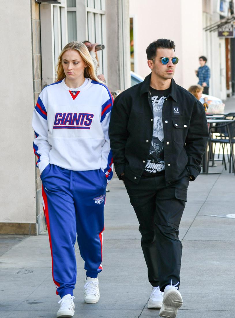 """W Los Angeles na świat przyszła córka Joe Jonasa z grupy Jonas Brothers i aktorki znanej z serialu """"Gra o tron"""" Sophie Turner. To pierwsze dziecko gwiazdorskiej pary."""