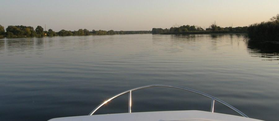 Szczeciński sąd nie zdecydował o zastosowaniu tymczasowego aresztowania wobec sternika łodzi motorowej, która w sobotę przewróciła się na jeziorze Dąbie. W wypadku zginęła dziesięcioletnia dziewczynka.