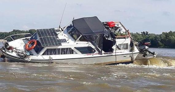 Policjanci z Kozienic (woj. mazowieckie) uratowali 4-osobową rodzinę, która pływała po Wiśle. Na wysokości miejscowości Świerze Górne łódź, na pokładzie której byli rodzice z dwoma córkami, utknęła na progu spiętrzającym i było ryzyko, że się wywróci.