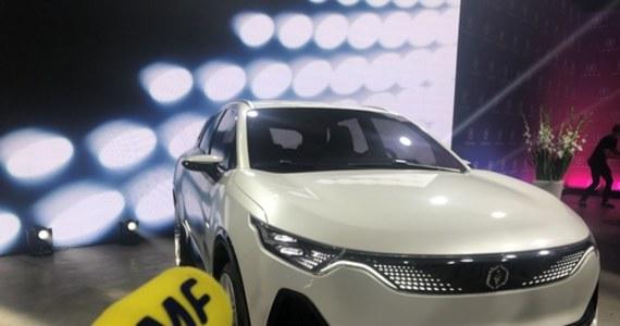 Za trzy lata - w połowie 2023 roku - na ulice ma wyjechać pierwszy produkowany seryjnie w Polsce samochód na prąd. Taka zapowiedź padła w czasie oficjalnej premiery prototypu polskiego auta elektrycznego. Nazwa samochodu to Izera i pochodzi od Gór Izerskich w Sudetach Zachodnich.