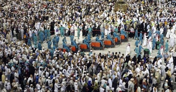 Pielgrzymi zebrali się w Mekce w Arabii Saudyjskiej, aby odbyć hadżdż, czyli doroczną pielgrzymkę muzułmańską. Z powodu pandemii koronawirusa jej skala i zasady zostały drastycznie zmienione przez władze, po raz pierwszy w niemal 90-letniej historii kraju.