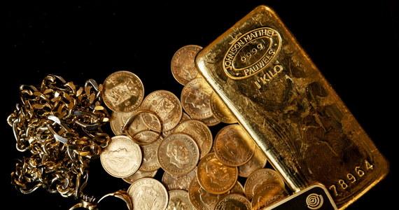 Bank inwestycyjny Goldman Sachs podniósł swoje prognozy wzrostu cen złota i srebra. W przypadku złota wskazuje na niepewności wokół dolara, dla którego złoto jest alternatywą. W przypadku srebra Goldman Sachs wskazuje na rosnący popyt z branży OZE.