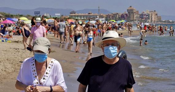 W Hiszpanii nie słabnie dynamika zakażeń koronawirusem. Podczas ostatniej doby zanotowano tam 1828 nowych przypadków infekcji. Od wtorku nakaz noszenia maseczek ochronnych nie obowiązuje już tylko na Wyspach Kanaryjskich. Belgia jest drugim po Wielkiej Brytanii krajem, który odradza swoim obywatelom wakacje w tym kraju.