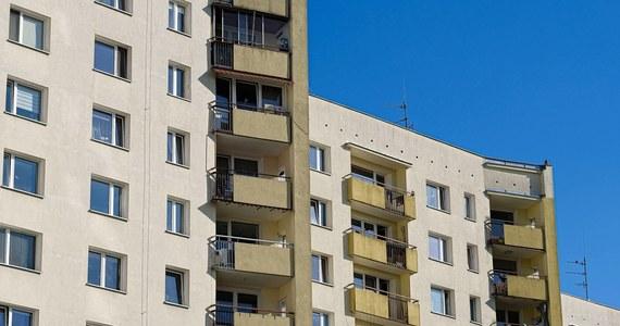 7-letni chłopiec wypadł wieczorem z balkonu mieszkania na pierwszym piętrze jednego z bloków w Chodowie (pow. kolski, woj. wielkopolskie). Do wypadku doszło, gdy dzieckiem opiekowała się babcia. 7-latek został przewieziony do szpitala w Koninie.