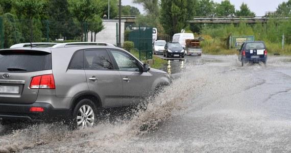 Ponad 570 razy interweniowali strażacy w związku z burzami i intensywnymi opadami deszczu, które przeszły nad Polską. Bez prądu jest ponad 17 tysięcy odbiorców. Najwięcej w województwie łódzkim.