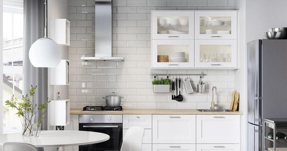Drewno jest wytrzymałym i eleganckim wykończeniem kuchennych mebli, które można wykorzystać w wielu stylach. Połączenie go z bielą nie tylko ociepli kuchnię, ale również nada pomieszczeniu bardziej swojskiego i przytulnego charakteru.