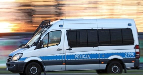 Policjanci wybili szybę w samochodzie i uwolnili 1,5-rocznego chłopczyka zamkniętego w rozgrzanym pojeździe. Malec wziął do ręki pilota i w pewnym momencie zamknął samochód. Jego mama nie była w stanie otworzyć drzwi.
