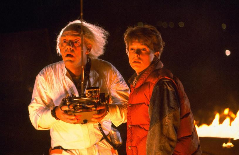 """Wyreżyserowana przez Roberta Zemeckisa trylogia o podróżach w czasie to jedna z najchętniej oglądanych serii filmów dla młodzieży lat 80. Uznawana jest także za jedną z najlepszych produkcji rozrywkowych, jakie kiedykolwiek powstały. Jak się okazuje, początkowo zakończenie pierwszego """"Powrotu do przyszłości"""" miało być zupełnie inne"""