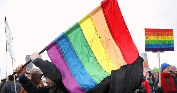 """Komisja Europejska poinformowała, że nie zamierza podawać szczegółowych informacji o polskich projektach, które zostały odrzucone w ramach unijnego programu """"Partnerstwa miasta"""" w związku z rezolucjami dotyczącymi """"stref wolnych od LGBTI"""" i """"prawa rodzinnego""""."""