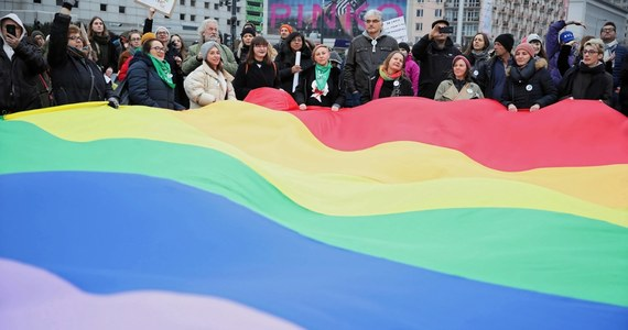 """Małopolski Tuchów i Nowy Sącz prawdopodobnie stracą pieniądze z Unii Europejskiej przez uchwały ws. """"stref wolnych od LGBT"""" - dowiedział się dziennikarz RMF FM. Wcześniej unijna komisarz ds. równości Helena Dalli poinformowała, że odrzucono sześć wniosków o środki na projekty w ramach unijnego programu """"Partnerstwo miast"""". Nie chciano jednak podawać szczegółów."""