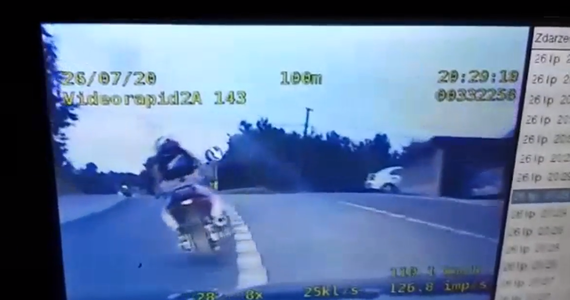 Kierowcę motocykla, który nie zatrzymał się do kontroli, zatrzymali policjanci z tarnowskiej drogówki. Udało się to dopiero po kilkunastominutowym pościgu i blokadzie drogi. Jak się okazało, za kierownicą siedział 17-latek, w dodatku bez uprawnień.