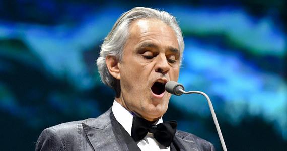 """Światowej sławy tenor Andrea Bocelli przeprosił za swoją wypowiedź na temat pandemii koronawirusa. Podczas niedawnej konferencji w Senacie w Rzymie stwierdził, że czuł się """"upokorzony i znieważony"""" nakazem siedzenia w domu, i przyznał, że go złamał."""